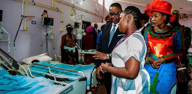 Presidente do Malauí, Peter Mutharika visita vitimas de tumulto