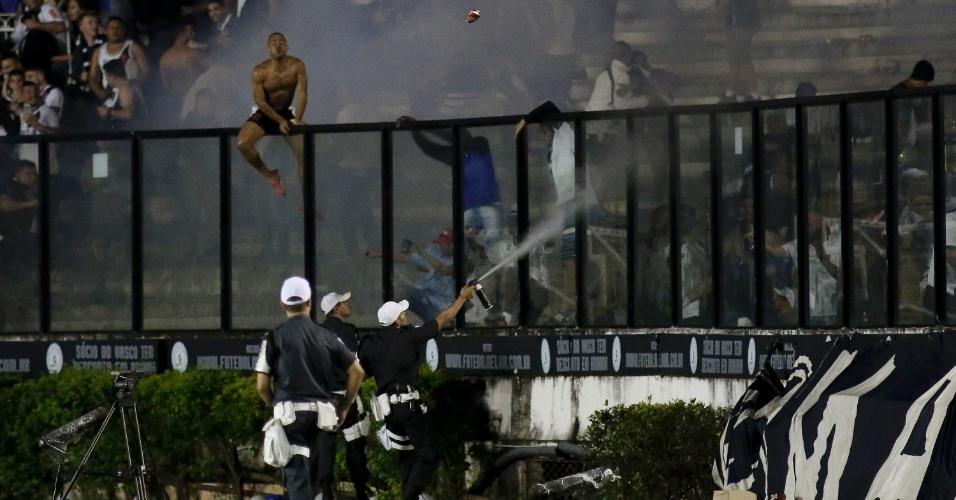 Policiais atiram spray de pimenta para tentar evitar que torcedores do Vasco invadissem o gramado