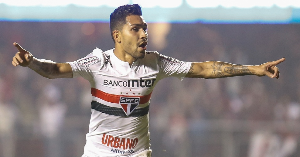Petros comemora gol do São Paulo contra o Atlético-GO