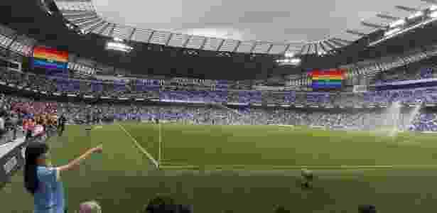 Telões do Etihad Stadium divulgaram a Parada do Orgulho LGBT de Manchester - Caio Carrieri/Colaboração para o UOL - Caio Carrieri/Colaboração para o UOL