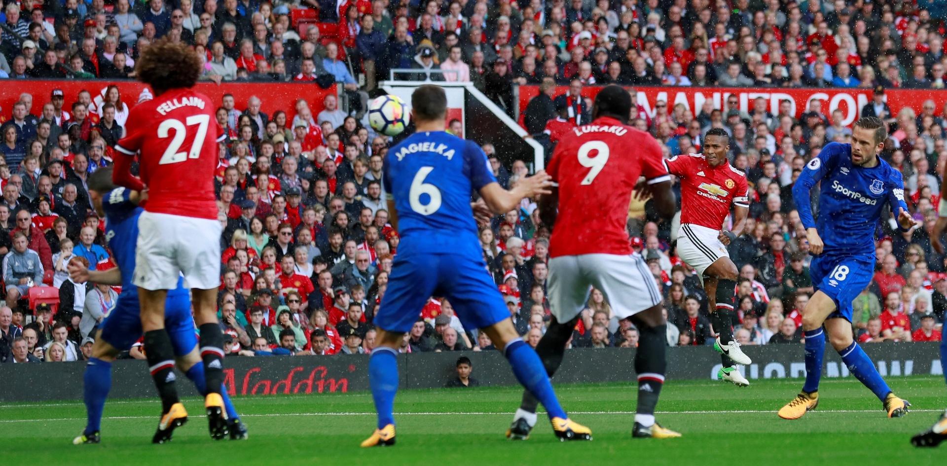 Valencia acerta um belo chute para abrir o placar para o Manchester United