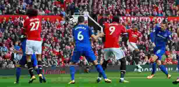 Valencia acerta um belo chute para abrir o placar para o Manchester United - Jason Cairnduff/Reuters - Jason Cairnduff/Reuters