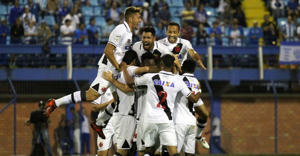 Jogadores do Vasco comemoram gol de Wagner sobre o Avaí