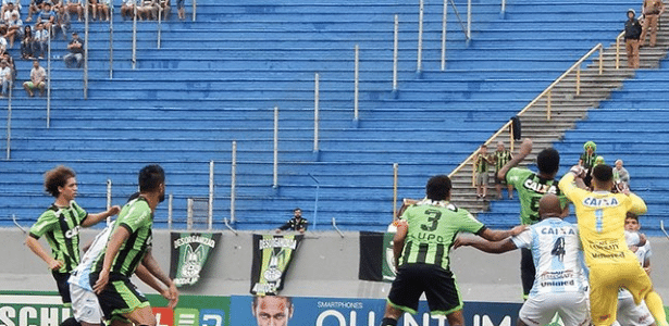 Lance da partida entre Londrina e América-MG