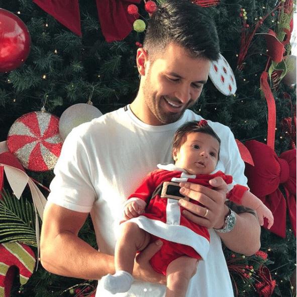 """O jogador Luan, que atua no Palmeiras, postou uma foto com sua filha; """"Primeiro natal com minha princesa"""""""