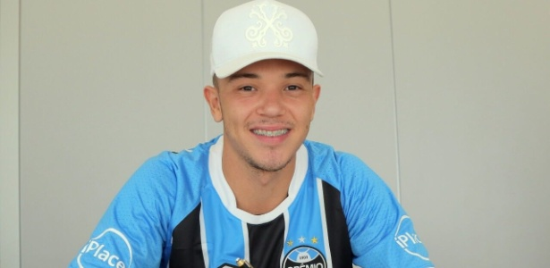 Pepê renova contrato com o Grêmio de olho em chance no Campeonato Gaúcho