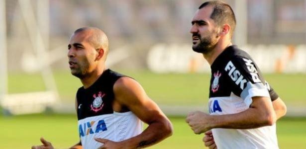 Sheik corre ao lado de Danilo em passagem anterior pelo Corinthians: última etapa