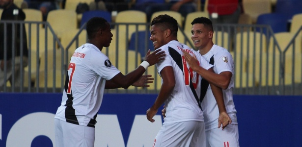 Evander comemora com os companheiros após fazer gol pelo Vasco