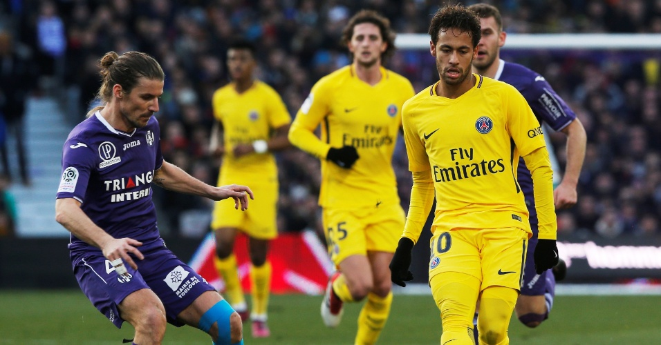 Neymar encara a marcação do Toulouse em partida válida pelo Campeonato Francês