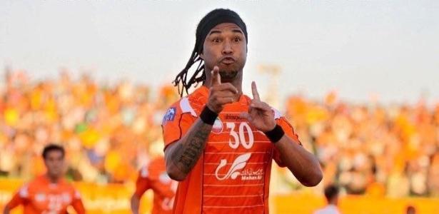 """Gols, cabeleira e faixa no cabelo: Edinho virou """"Ronaldinho"""" no Irã"""