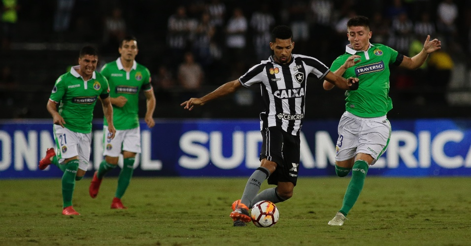 Fernandes, do Botafogo, avança com a bola durante jogo contra o Audax Italiano