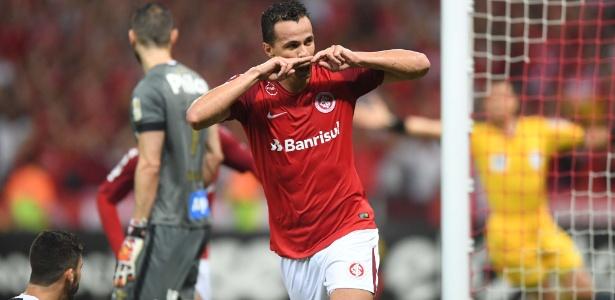 Leandro Damião apresentou desconforto na coxa e ficou fora do jogo contra o Vasco, no RJ - Ricardo Duarte/Internacional
