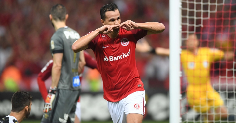 O atacante Leandro Damião comemora gol do Internacional diante do Santos