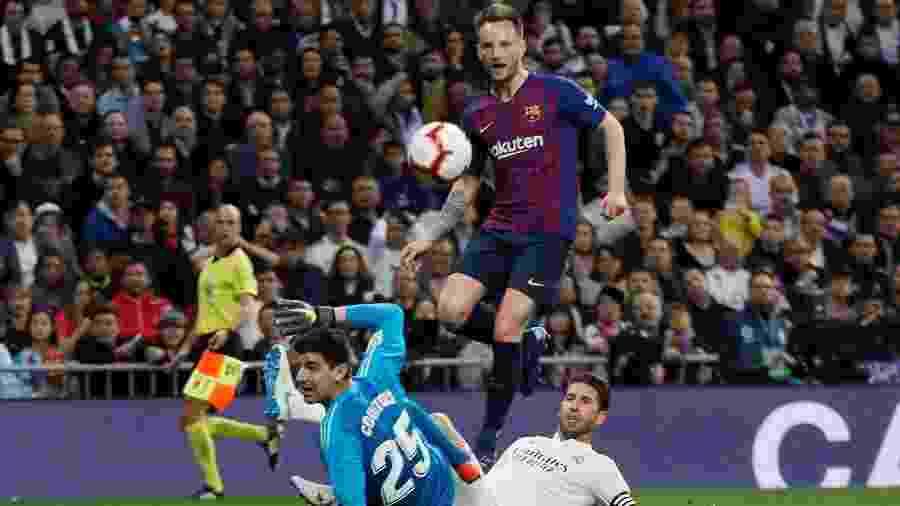 Ivan Rakitic abre o placar para o Barcelona em jogo contra o Real Madrid - REUTERS/Juan Medina