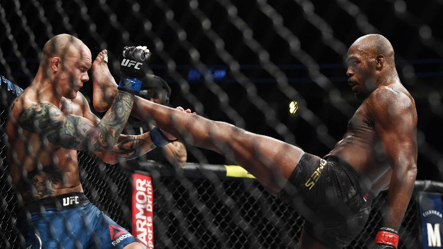 Jon Jones acerta Anthony Smith durante UFC 235  - Stephen R. Sylvanie-USA TODAY Sports