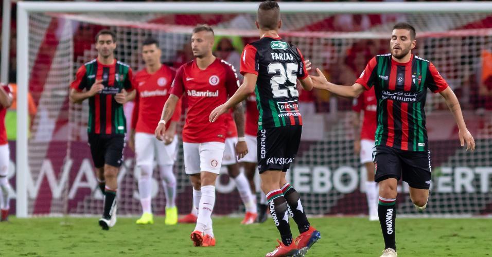 Jogadores comemoram gol do Palestino contra o Internacional