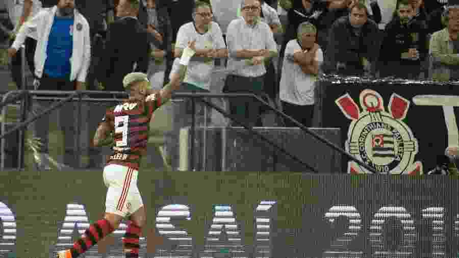 Torcida do Corinthians atirou copo em Gabigol após comemoração - Alexandre Vidal/Flamengo