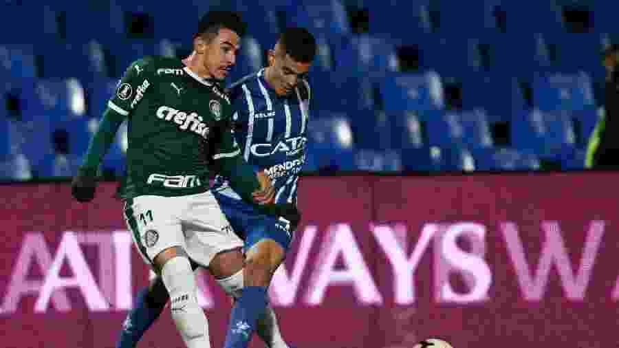 Willian, do Palmeiras, em lance com Agustín Aleo, do Godoy Cruz, em jogo pela Libertadores - Andres Larrovere / AFP