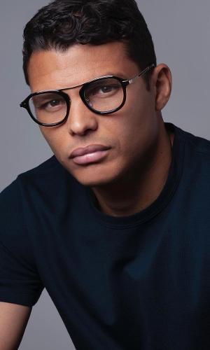 Thiago Silva posa de óculos