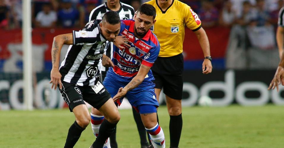 Jogadores disputam bola durante Fortaleza x Botafogo