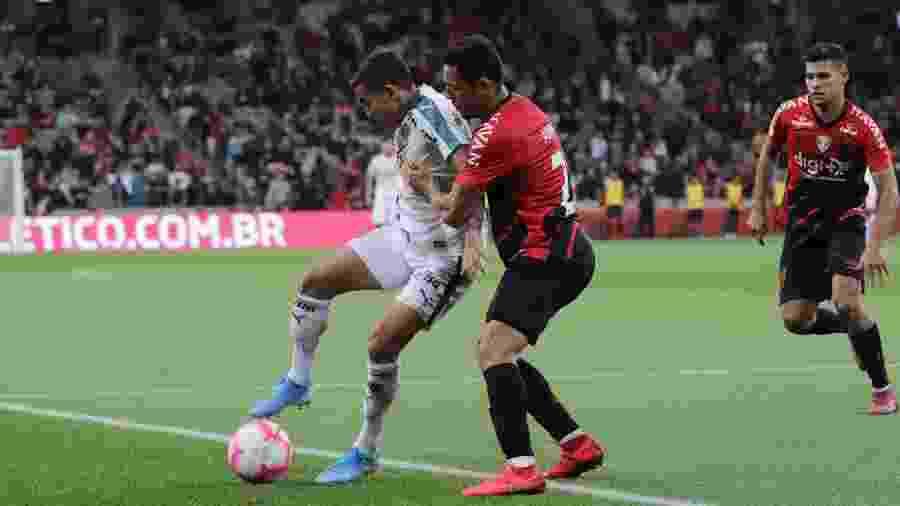 Dudu protege a bola diante de Adriano em Athletico x Palmeiras - João Vitor Rezende Borba/AGIF