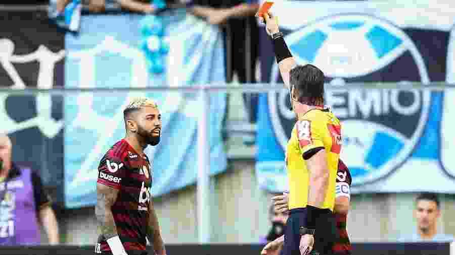 Gabriel, atacante do Flamengo, é expulso pelo árbitro Raphael Claus durante partida contra o Grêmio, pelo Campeonato Brasileiro - Pedro H. Tesch/AGIF