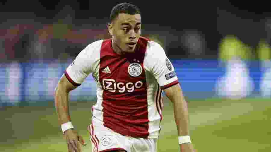 O lateral Sergiño Dest em ação pelo Ajax; interesse do Barcelona e do Bayern de Munique - Kenzo Tribouillard/AFP