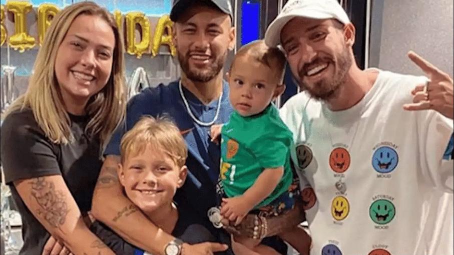 Neymar homenageia Carol Dantas e Vinicius Martinez na web