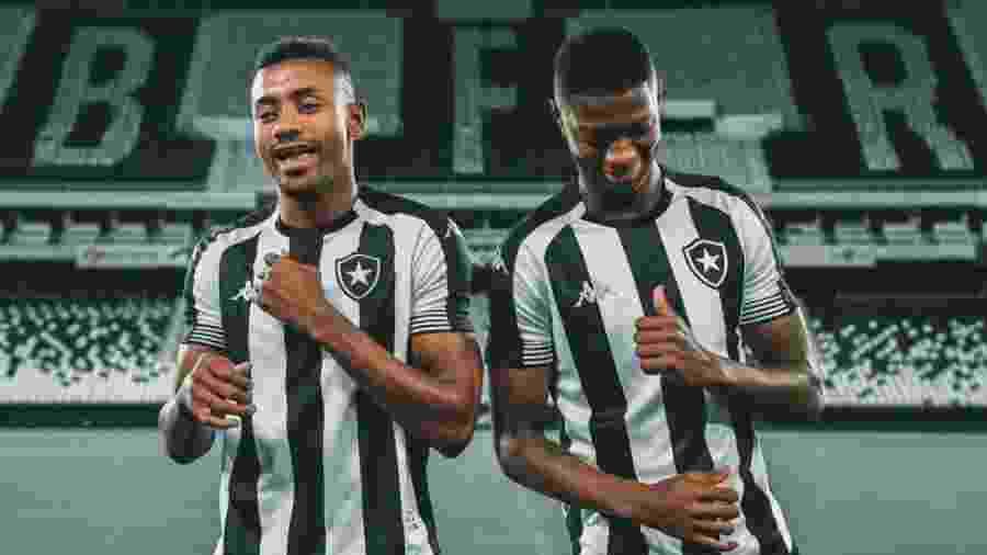 Kalou e Matheus Babi com a camisa 1 do Botafogo para 2020/2021 - Vítor Silva/Botafogo