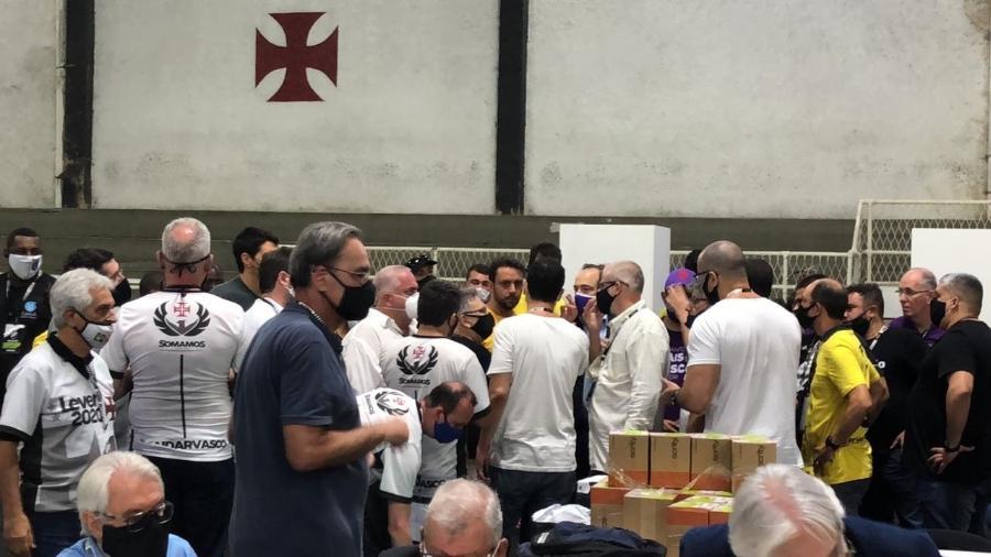 Membros das chapas conversam após eleição do Vasco ser suspensa - Bruno Braz / UOL Esporte