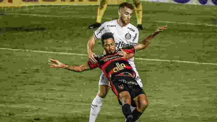 Hernane Brocador enfrenta marcação do palmeirense Alan Empereur - Paulo Paiva/AGIF