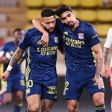Depay (à esq.) e Paquetá comemoram gol do Lyon sobre o Monaco - Reprodução/Twitter @OL_Portugues