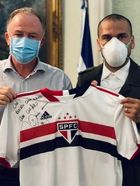 Daniel Alves posa ao lado de Renato Casagrande, governador do Espírito Santo - Reprodução