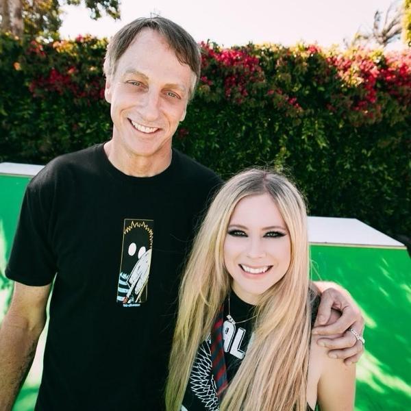 Tony Hawk posa ao lado da cantora Avril Lavigne