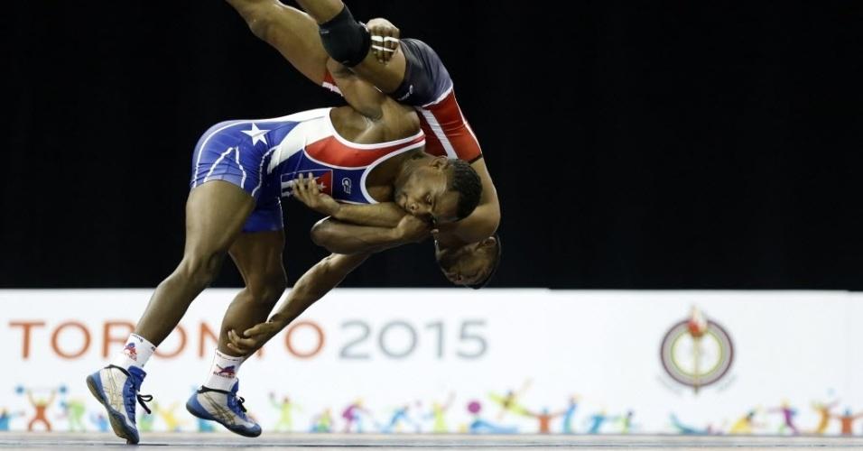 Yowlys Bonne, de Cuba, derruba Pedro Meijas, da Venezuela, durante disputa na luta greco-romana
