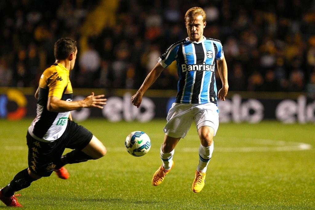 Lateral Marcelo Hermes encara a marcação do adversário no confronto entre Criciúma e Grêmio, disputado no Estádio Heriberto Hülse