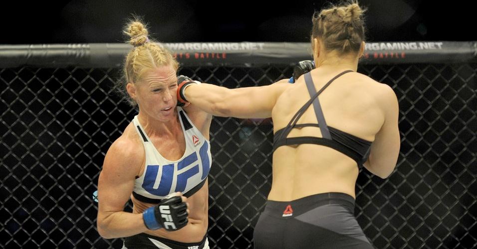 Ronda disfere soco em Holly Holm