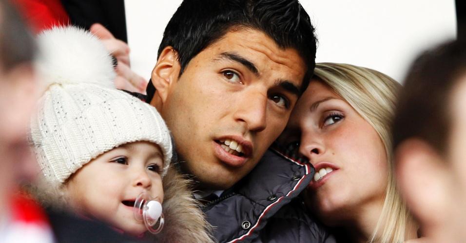 Sofia e Suárez ao lado da filha em jogo do Barcelona