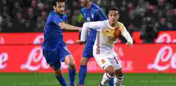 Thiago Alcântara escapa de Parolo em amistoso Itália x Espanha - Valerio Pennicino/Getty Images - Valerio Pennicino/Getty Images