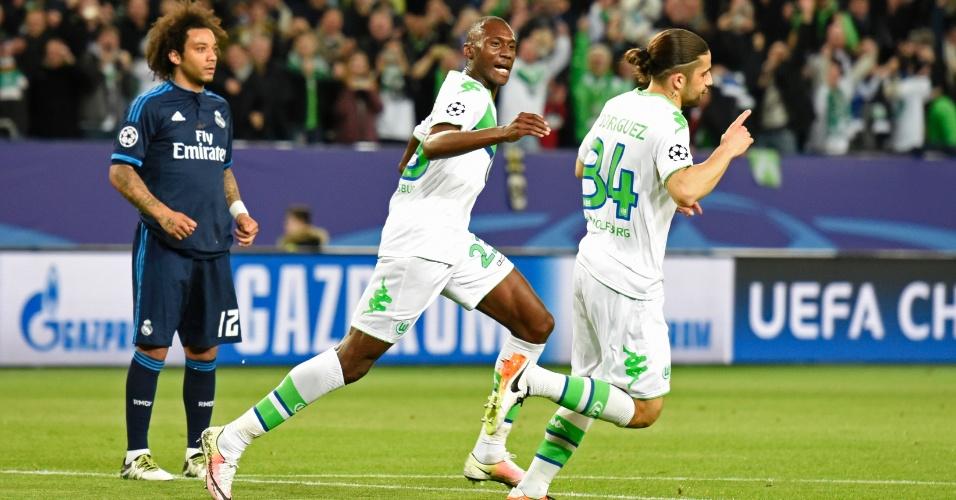 Marcelo fica apenas observando a comemoração dos jogadores do Wolfsburg após gol contra o Real Madrid