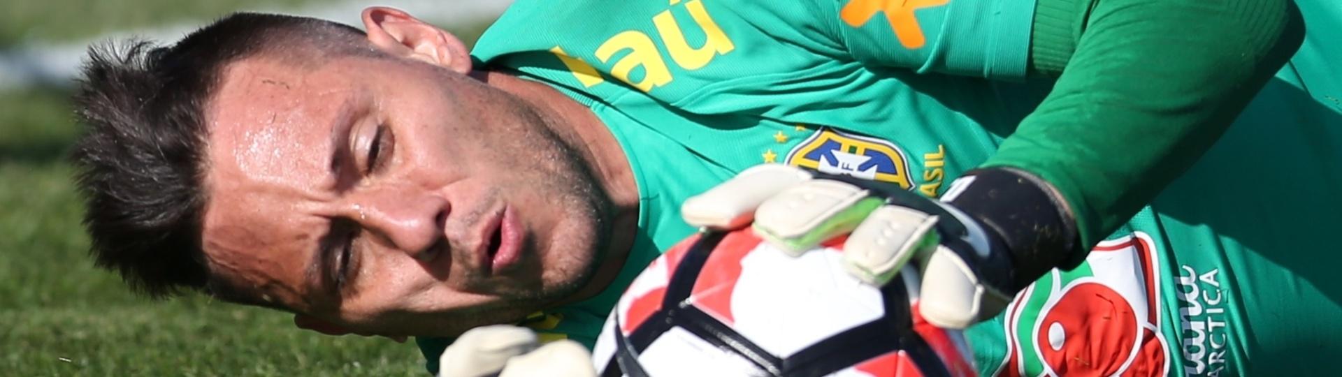 Diego Alves faz treino com a seleção principal nos Estados Unidos