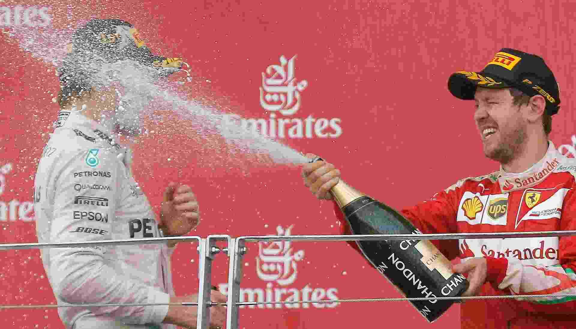 Vettel dá banho de champanhe em Rosberg depois da vitória - REUTERS/Maxim Shemetov