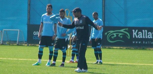 Roger Machado comanda treinamento do Grêmio no Centro de Treinamentos do clube