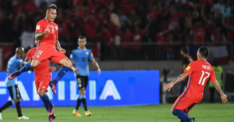 Atacante Chileno Eduardo Vargas comemora o gol do empate diante do Uruguai pelas Eliminatórias