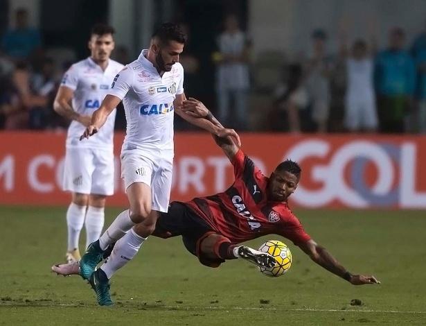 Marinho em jogada contra o volante Thiago Maia, do Santos, no Brasileirão deste ano