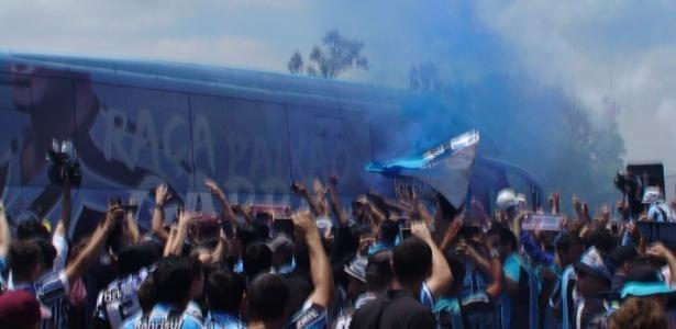 Torcida do Grêmio com ônibus do clube indo para Belo Horizonte para final da Copa do Brasil