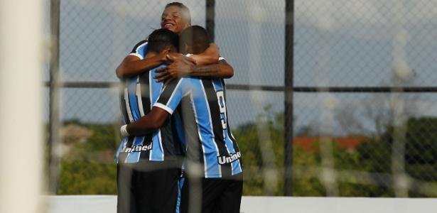 Jogadores do Grêmio comemoram gol contra o Auto Esporte pela Copinha