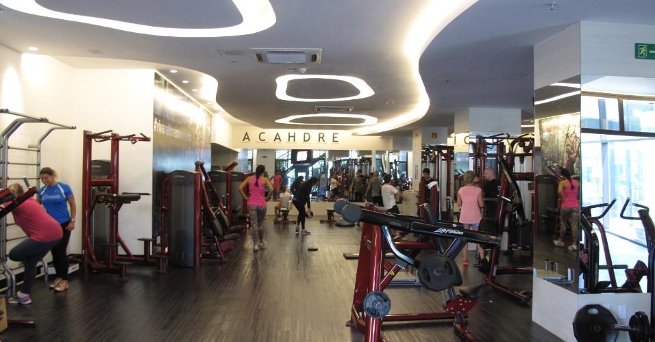 A academia de Marcelo Bordon em Ribeirão Preto não tem luminárias. No teto, há uma escultura em gesso com o formato da logomarca da academia e a iluminação é embutida e indireta com luzes de led