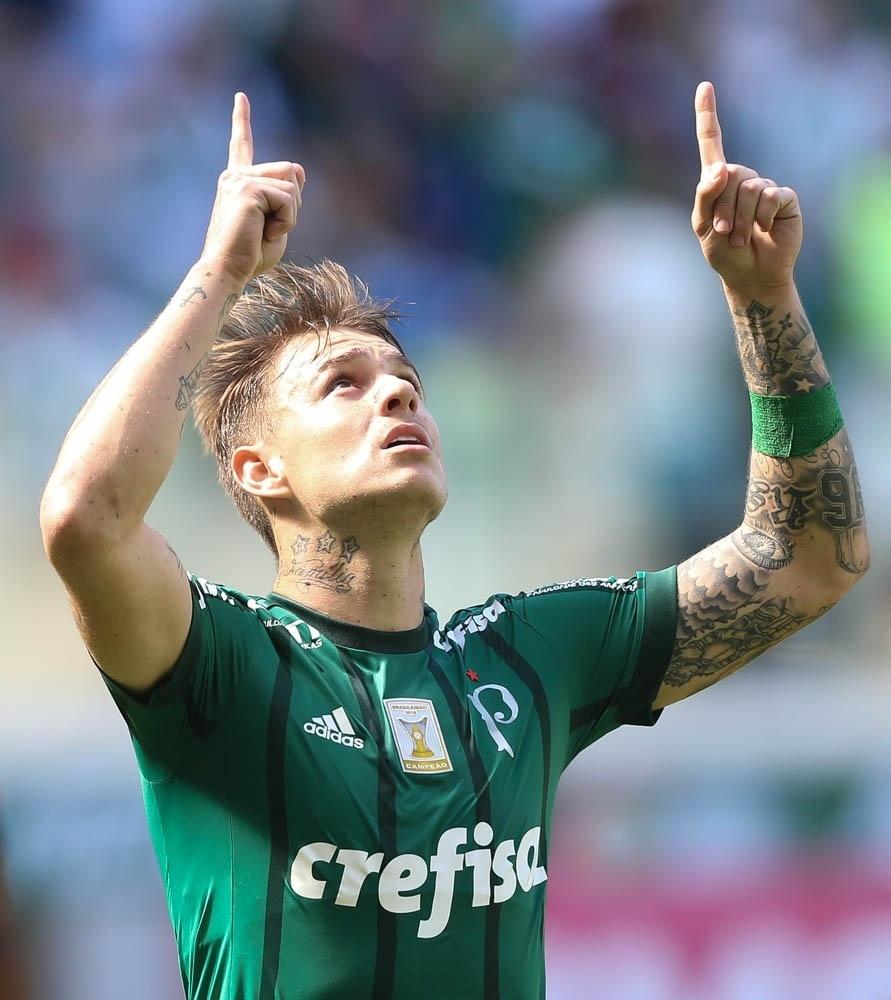 Roger Guedes comemora gol de empate contra o Vitória