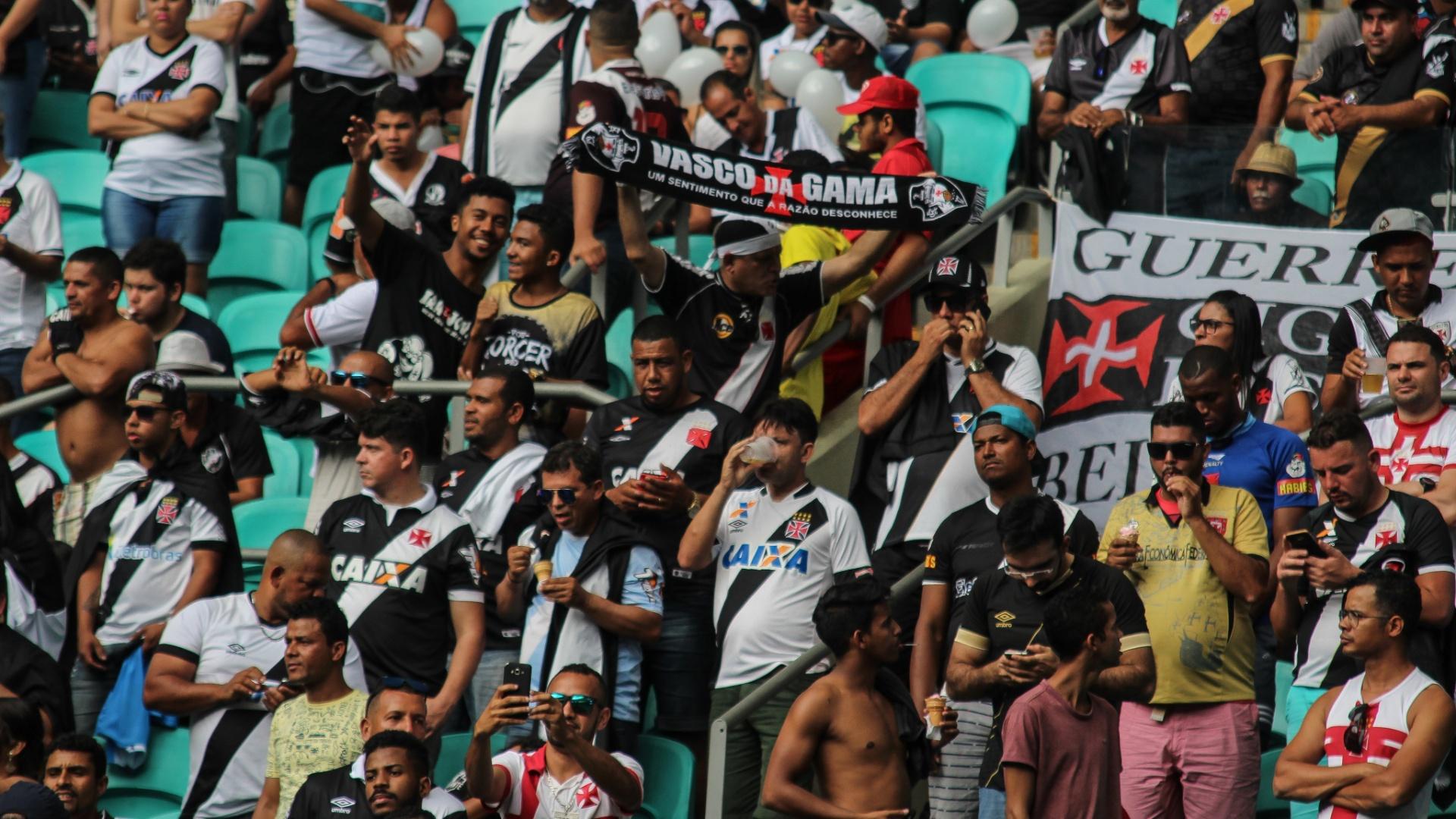 Torcida do Vasco na Arena Fonte Nova durante jogo contra o Bahia